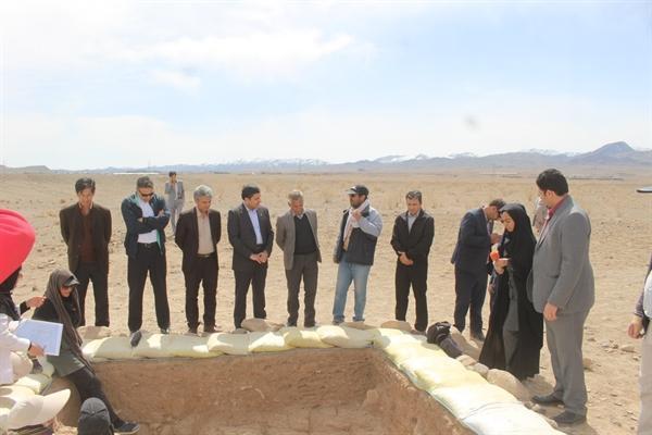 بازدید مدیرکل میراث فرهنگی خراسان جنوبی و رئیس دانشگاه بیرجند از کاوش آموزشی تپه گبری مود شهرستان سربیشه