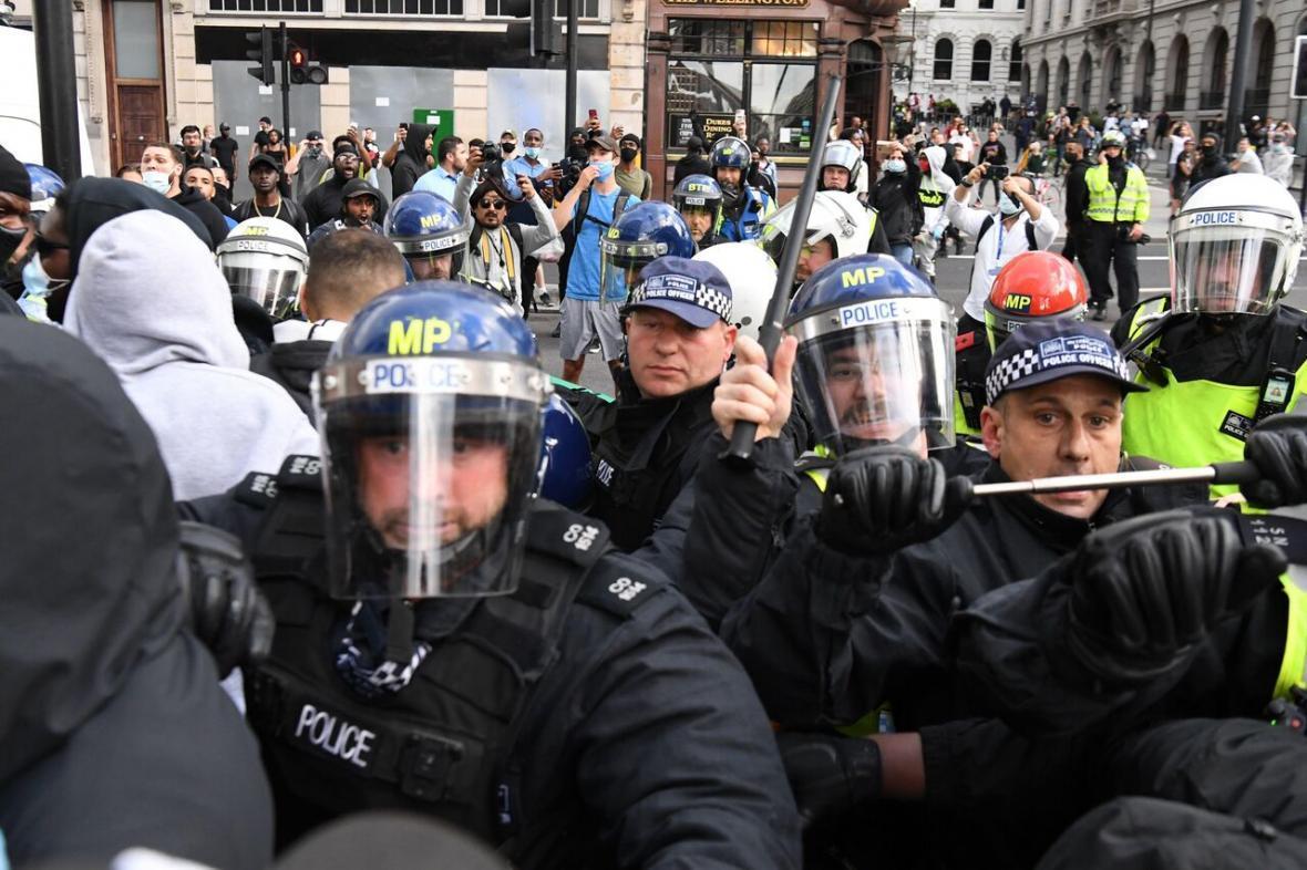 خبرنگاران افزایش تنش ها در لندن و فرار به جلوی مقام های انگلیس