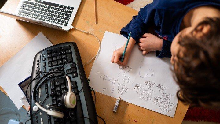 آموزش مجازی شوخی تلخی است ، بچه ها قبلا انیمیشن می دیدند حالا مجبورند گوش به فرمان معلم باشند