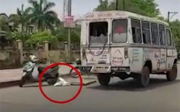 لحظه افتادن جنازه یک کرونایی از آمبولانس