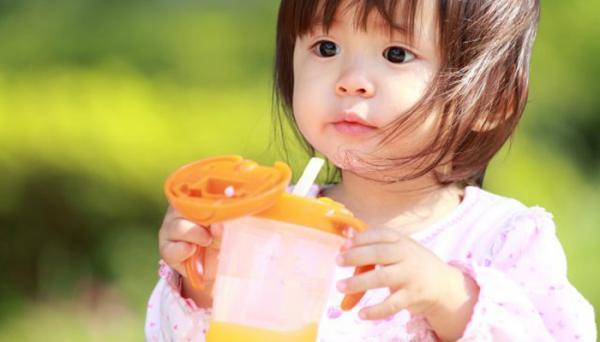 توصیه های لازم برای دادن آبمیوه به نوزاد